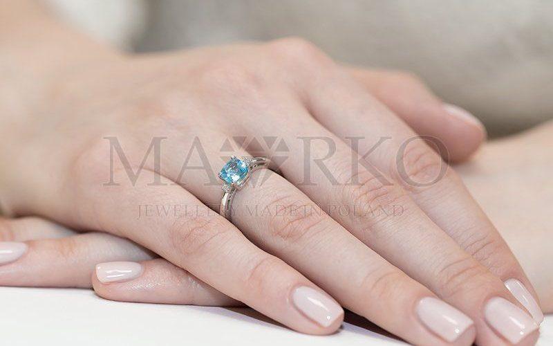 pierścionek z białego złota na ręku